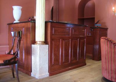 Bar en Acajou, plateau en Potor, colonnes en marbre et feuille d'or usée.