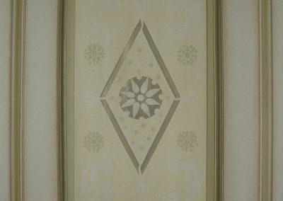 Peinture, patine et usure selon les tons de la tapisserie.