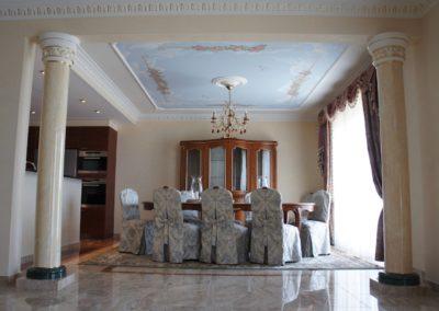 Plafond peint, corniche et chapiteaux  à la feuille d'or et colonnes peintes selon les marbres du sol.