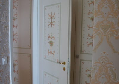 Motifs peints sur portes.
