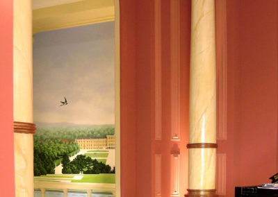 Trompe-l'oeil et colonnes en marbre peint et feuille d'or patinée et usée.