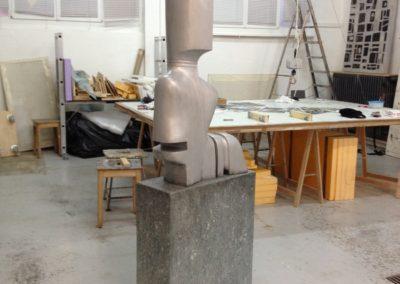 Pour Valentin Carron: réplique de sculpture, marbre et aluminium.