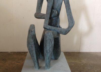 Pour Valentin Carron: réplique de sculpture, bronze oxydé et marbre patiné.