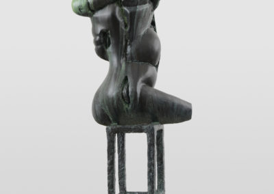 Pour Valentin Carron: réplique de sculpture, bronze, métal et marbre.