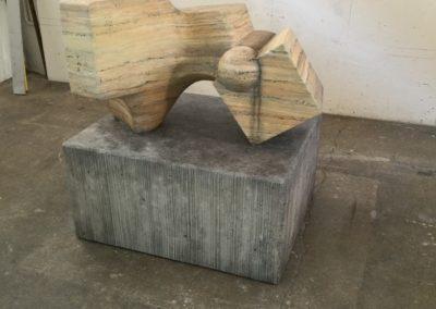 Pour Valentin Carron: réplique de sculpture, marbre et béton.