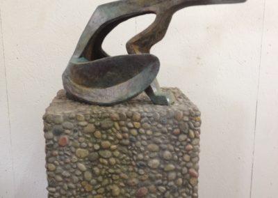 Pour Valentin Carron: réplique de sculpture, bronze patiné et cailloutis.